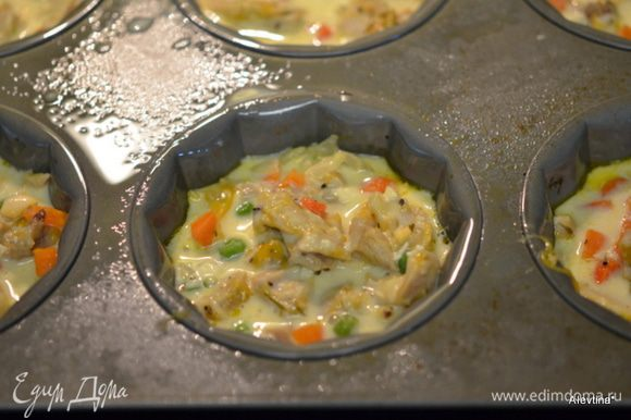 Затем выложить в каждую ячейку куриные кусочки с овощами и залить остатками тесто. Поставить в разогретую духовку на 25-30 мин. Дать остыть 10 мин.