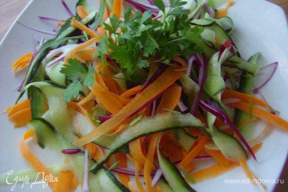 За это время настругаем овощи, какие не принципиально. У меня морковка, огурец, красный лук, петрушка.