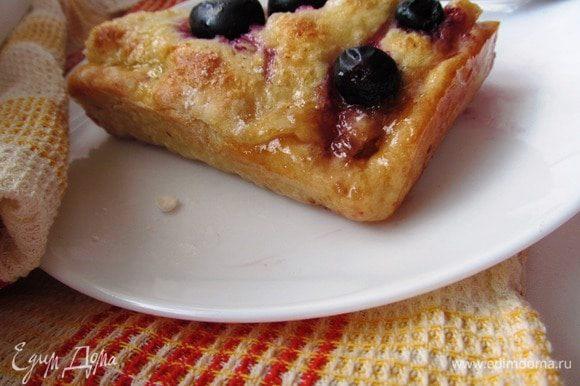 Ароматы по всей квартире, а когда разрезаете пирог, только представьте, как тесто, пропитанное виноградной начинкой сочетается с карамелизированной верхней медовой корочкой. Заваривайте не менее ароматный чай и зовите всех к столу. Отказать себе в таком удовольствии невозможно!
