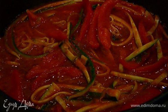 Добавить цукини, слегка обжарить, затем добавить протертые помидоры, анчоусы и пеперончино.