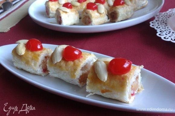 Острым ножом разрезаем на порционные пирожные, на два укуса!)