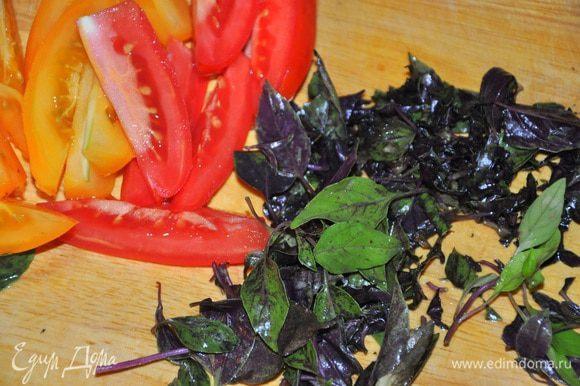Базилик порубить, помидоры нарезать дольками. Творог смешать с молоком, базиликом и яйцами, посолить, поперечить по вкусу.
