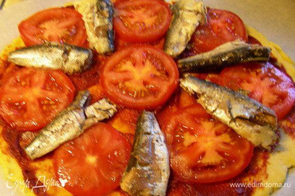 Выкладываем сардины и помидоры.