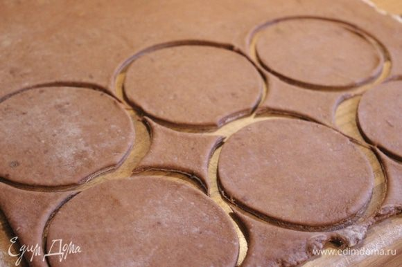 """Тесто тонко раскатать и вырезать специальной выемкой или простым стаканом круги, диаметром 8-9 см. Можно разрезать тесто и на прямоугольники, но традиционно шассоны выпекаются в виде полумесяца или """"тапка""""."""