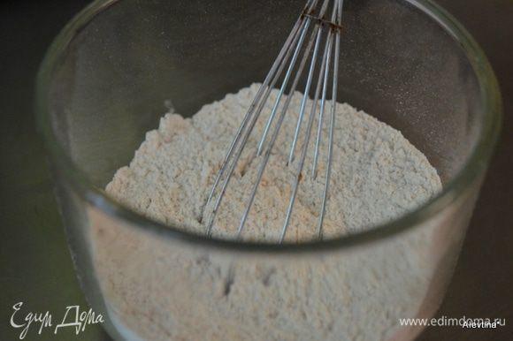 Разогреть духовку до 190 гр. Смешать муку обычную и цельнозерновую, соль и пищевую соду. Отставить в сторону. Банан очистить и раздавить в пюре.
