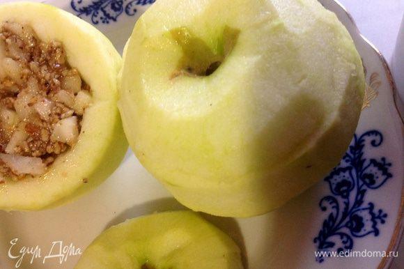 В яблоки положить начинку,и накрыть крышечками.