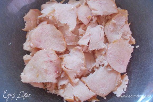 Грудку порезать пластинками и уложить на дно тарелки. Смазать ложкой майонеза.