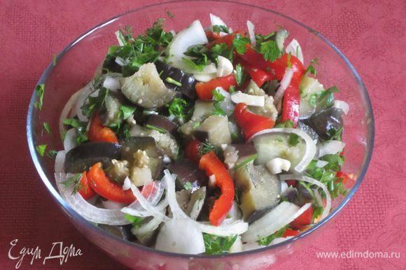 Сложить в большую емкость нарезанные баклажаны, чеснок, лук, перец, зелень, горький перец.
