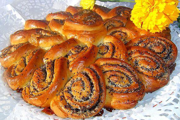 Затем пирог смазываем желтком и выпекаем при 200 гр. минут 20-25.