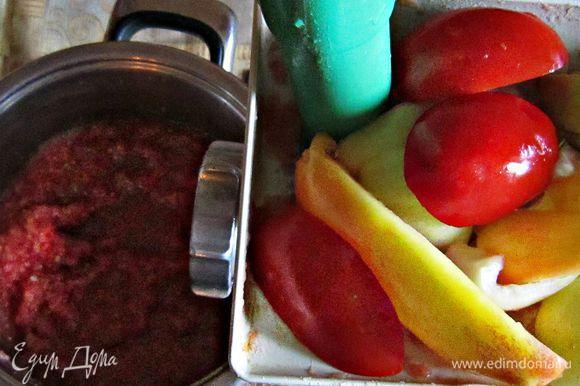 Подготовленные овощи измельчить с помощью электромясорубки.