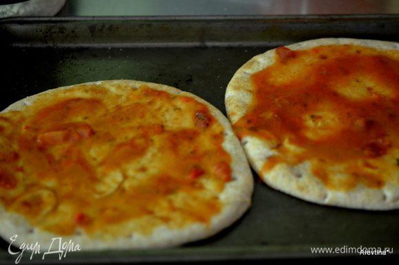 Достанем из духовки, смажем соусом для пиццы или томатным соусом, можно кетчупом.