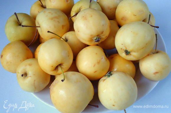 В большую кастрюлю налить воду, поставить на огонь и дать закипеть. Яблочки вымыть и не очищая от кожуры и внутренностей сложить в кипящую воду.