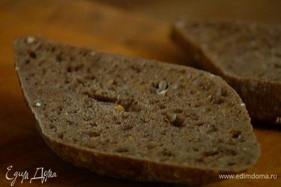 Хлеб выложить в противень и подсушивать в разогретой духовке до образования золотистой корочки.