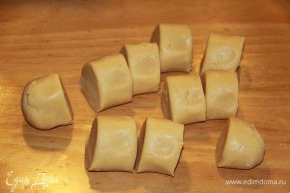 Тесто раскатать в колбаску, нарезать на кусочки. У меня получилось 10 штук.