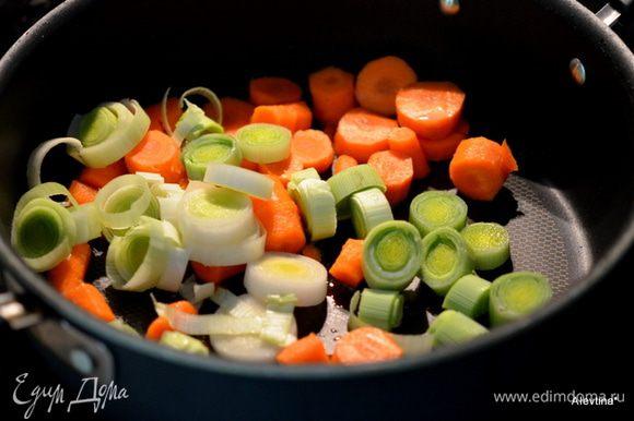 Обжарить слегка порубленный лук порей и очищенную и порезанную морковь. Выложить на дно слоукукера.