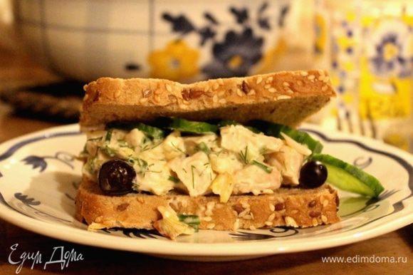 Тосты подсушить на сухой сковороде. Выложить на один тост лист салата, сверху-салат из курицы, далее-огуречные кружочки. Накрыть вторым тостом. Приятного аппетита!