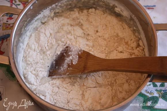 Добавляем сметану, соль и растительное масло, все перемешиваем и начинаем засыпать муку.