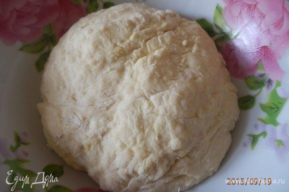 Муку просеять, добавить соль, 1 яйцо и воду сколько возьмет тесто. замесить и поставить в холодильник на 30 минут