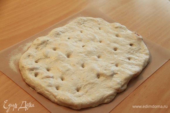 Аккуратно переложить тесто на пекарскую бумагу или силиконовый коврик (очень удобно на коврик!), посыпанный манной крупой. Вдавить пальцами углубления (это же фокачча!). Дать подняться еще в течение 1 часа при комнатной температуре.