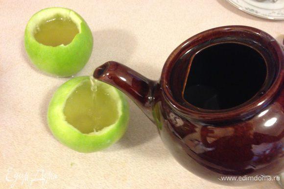 Заливаем чай с желатином в яблочки