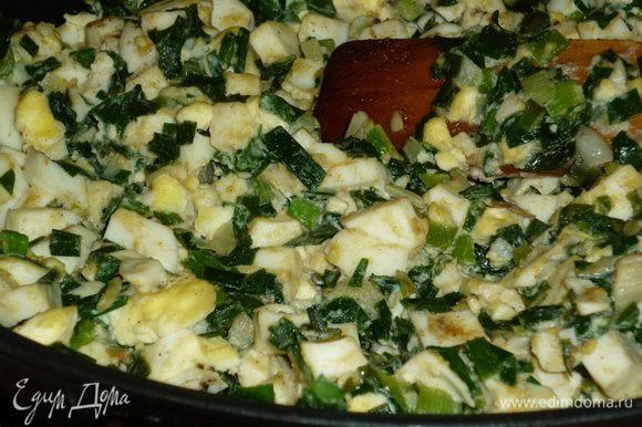 Начинка очень деревенская. лук покрошить и со сливочным маслом на сковородку. Пока лук тушится, мелко крошим яйца, отправляем их к луку, солим, перчим, сковородку прочь с огня. Начинаем творить.