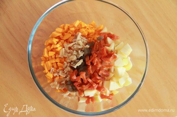 Соединить мякоть тыквы, яблоки, порезанную курагу, цукаты.