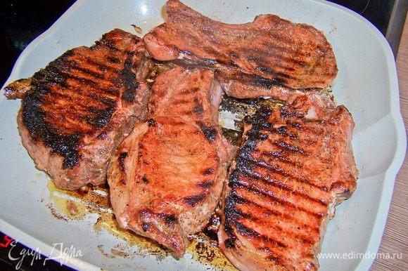 """Выложить стейки на сковороду и жарить с одной стороны 10-15 мин, потом с другой. Больше переворачивать не надо! И накалывать вилкой/ножом тоже нельзя, иначе весь сок вытечет. Вот на этом шаге приготовления мяса на сковороде-гриль в первый раз я и попалась. Я переворачивала его раза 4, постоянно прокалывала вилкой, боясь, не сырое ли оно. В итоге мясо получилось сухим, """"как подошва"""". Умоляю, не делайте моих ошибок, сковорода-гриль сделает свое дело!"""