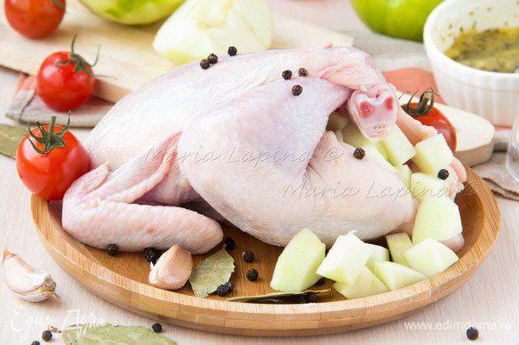 Плотно нафаршировать яблоками цыплят.