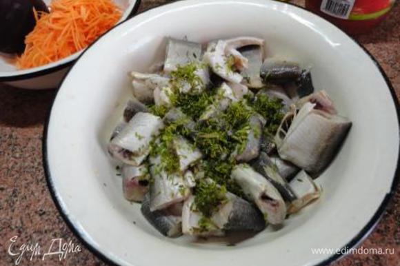 Вариант 3 Филе рыбы залить лимонным соком и оставить на 30 минут. Затем посолить, поперчить и смешать с рубленым укропом.