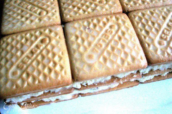Третий слой печенья...Снова крем...И последний четвёртый слой печенья.
