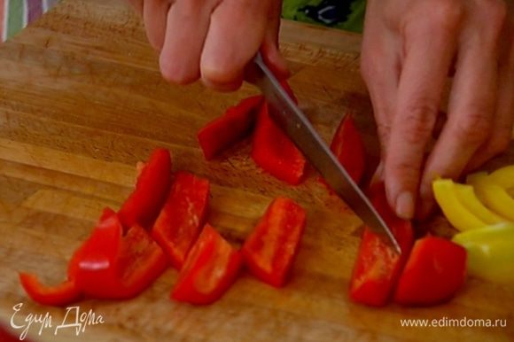 Сладкий перец, удалив плодоножку и семена, порезать так же, как цукини.