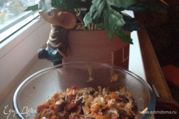 Все смешиваем. Если при обжарке масла было много - то салат только солим и перчим, а если нет - то можно еще добавить 2 ст.л.оливкового масла. Также можно добавить укроп. Приятного аппетита!