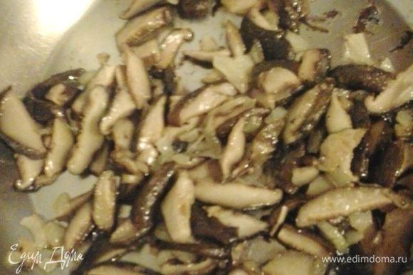 Лук нарезать мелким кубиком, грибы соломкой, обжарить на растительном масле.