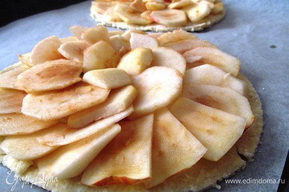 На противень, выстланный пергаментной бумагой, кладем тесто, выкладываем яблоки внахлест.