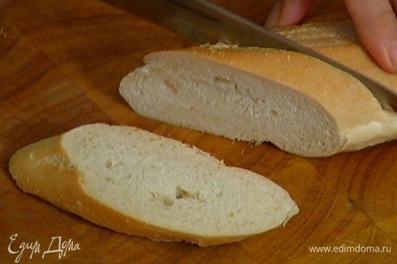 Багет нарезать на небольшие кусочки и подсушить в тостере.
