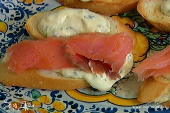 Поджаренный хлеб намазать сметанным соусом, выложить на кростини по кусочку семги и посыпать укропом. Оставшуюся заправку подать в отдельной посуде.