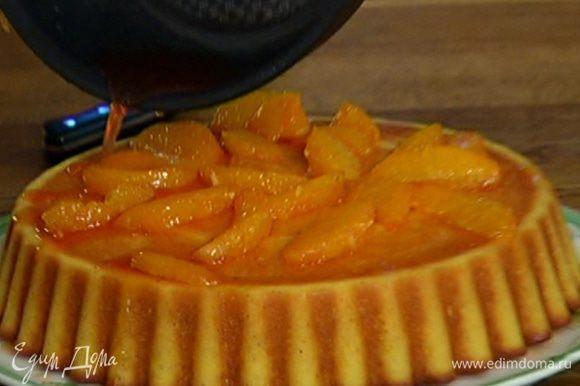 Остывший пирог перевернуть на блюдо, сделать несколько небольших проколов ножом и залить сиропом с мякотью.