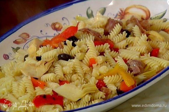 Добавить к макаронам оливки, сладкий перец, артишоки, салями и все перемешать.