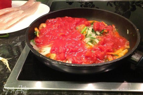 Добавляем помидоры консервированные и тушим 5 мин. Затем отправляет в сковороду нашу зелень. Приправляем солью и перцем по вкусу.