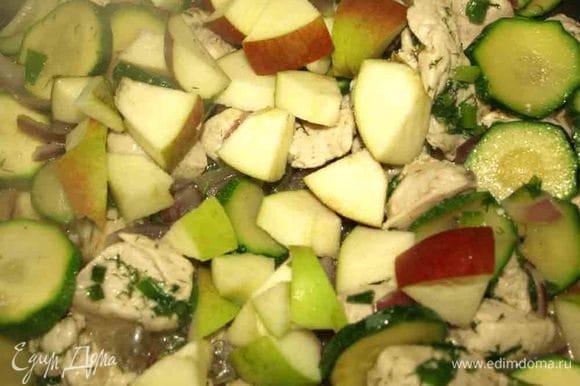 Яблоко очищаем от семян, режем кубиками и отправляем в сотейник к филе
