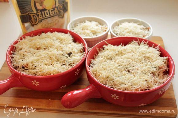 Посыпать тертым сыром Джюгас. Поставить в духовку. Запекать при температуре 180-200 градусов в течение 20-25 минут.