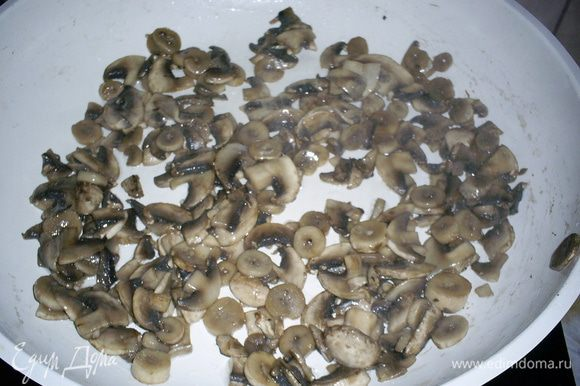 Для ускорения процесса готовки вооружимся двумя сковородами: на первой будем обжаривать грибы, а на второй - курицу. Грибы моем, нарезаем тоненькими пластинками и отправляем на сухую разогретую сковородку. Растительное масло и соль добавим только тогда, когда вся жидкость из грибов испарится.