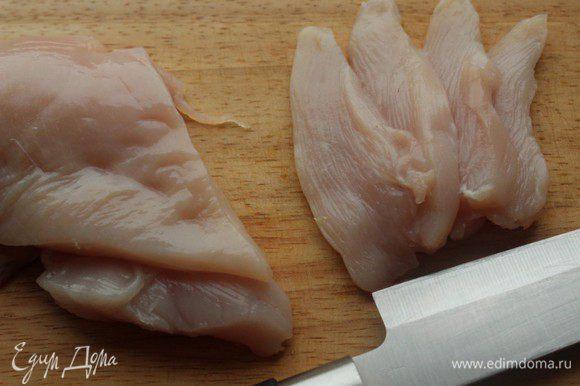 Пока варится лапша, филе нарезать тонкими полосками.