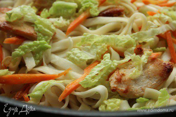 И сразу же добавить лапшу. Смешать воду, соевый соус и сахар. Залить полученным соусом мясо с овощами и готовить 3 минуты на сильном огне под крышкой.