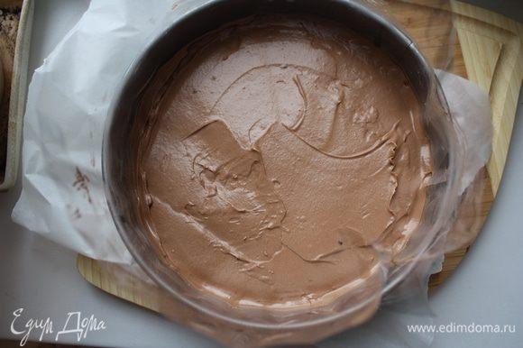 Достаем форму из морозилки, выкладываем бока ацетатной пленкой (или не выкладываем вообще), только не используйте пищевую пленку,все будет неровно. И выкладываем,даже выливаем нашу массу,стараемся чтобы она легла ровно. И ставим в морозилку на полчаса.