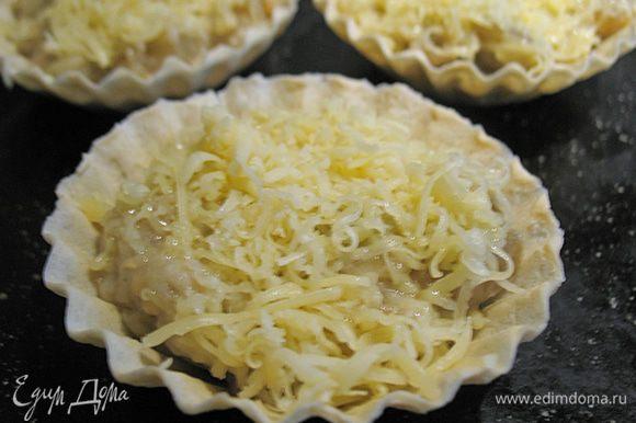 Раскладываем баклажаны под грибы по тарталеткам, сверху посыпаем сыром и отправляем в духовку на 2-3 минуты пока сыр не расплавиться.
