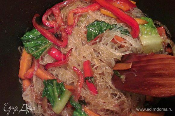В казане накалить масло, положить все овощи. пожарить минуты 3-5, добавить лапшу, перемешать.