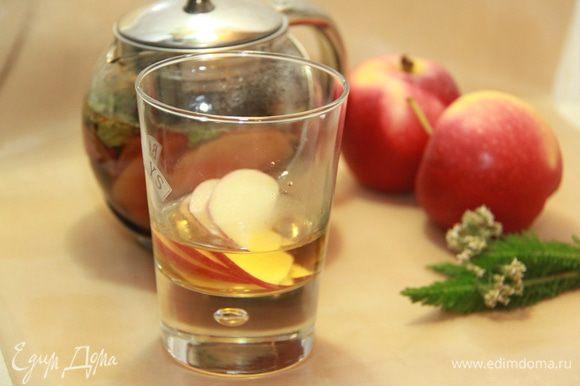 В стеклянные бокалы для глинтвейна положить по 3 ломтика яблока, налить по 50 мл горячего яблочного сока, долить настоявшимся пряным чаем.