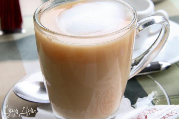 И подавать. Надеюсь, чай с молоком станет вашим излюбленным согревающим чаем, но в любом случаем, он не оставит вас равнодушным...