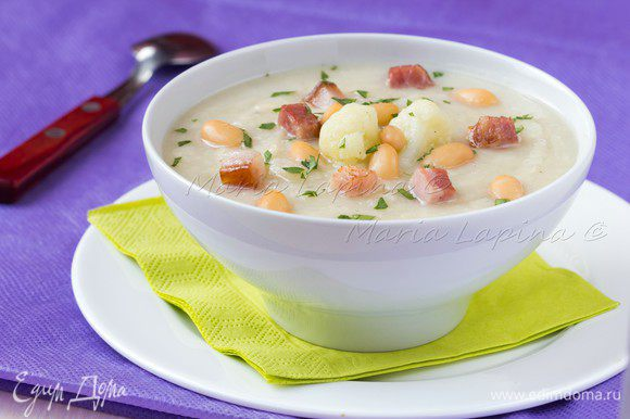Суп взбить в блендере. Разлить по тарелкам, добавить отложенную ранее фасоль и обжаренный бекон. Сверху можно присыпать порубленной зеленью петрушки.